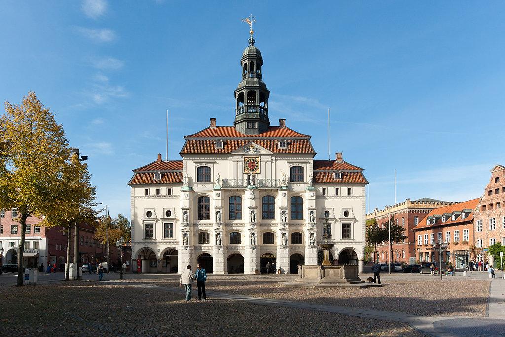 Marktplatz und Rathaus